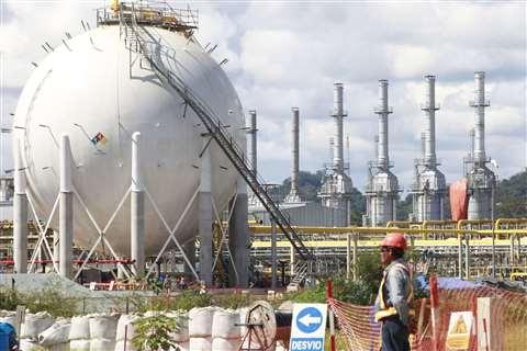 La refinería Talara está efectuando una ampliación que le permitirá pasar de 65.000 barriles diarios a 95.000.
